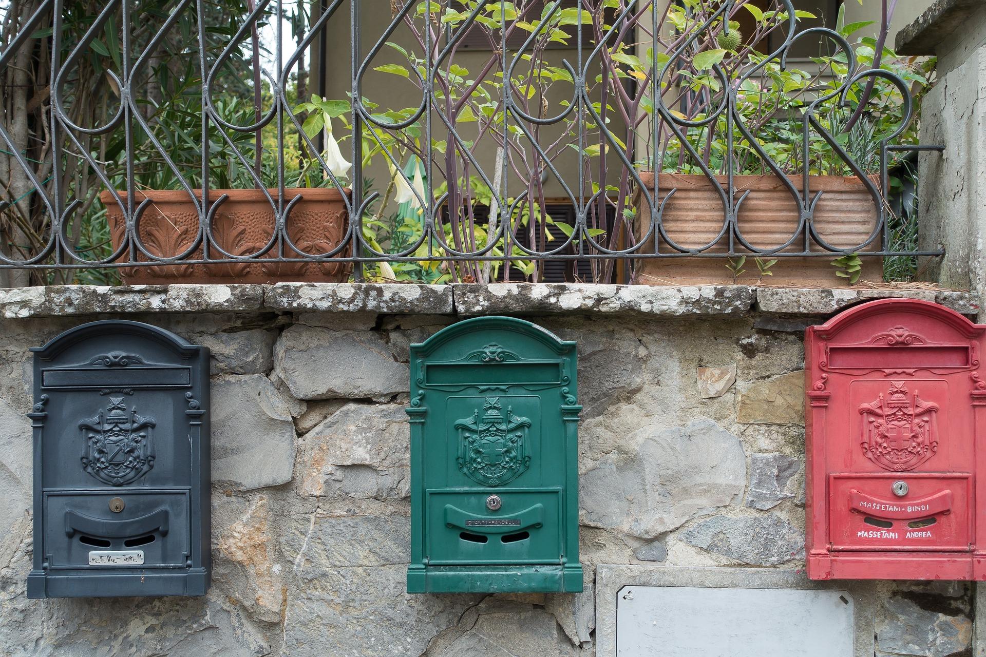 Kolme postilaatikkoa