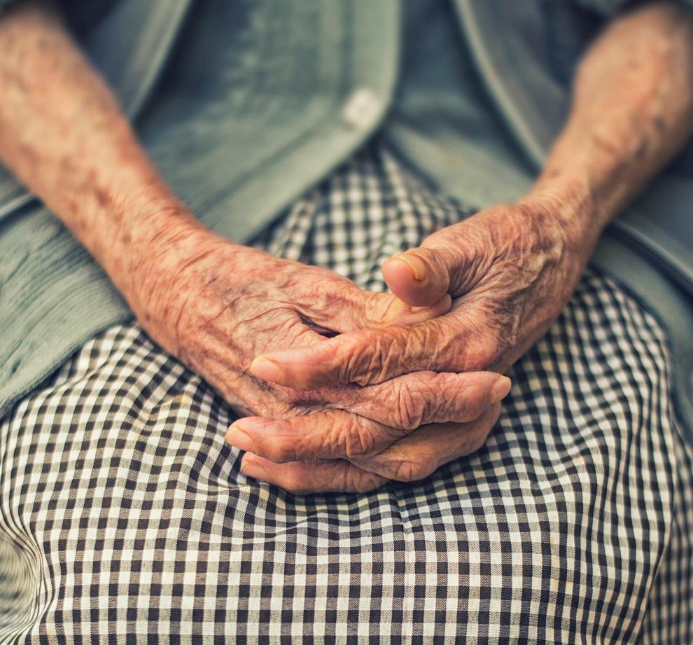 Vanhan naisen kädet, kädet ristissä