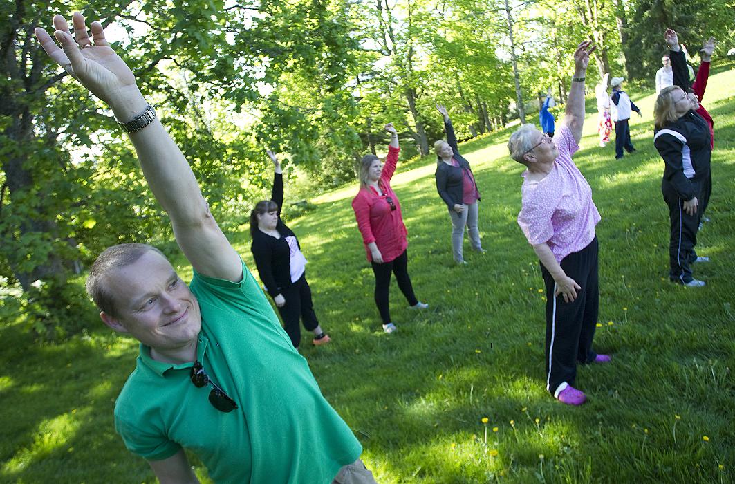 Ihmisiä puistossa jumppaamassa