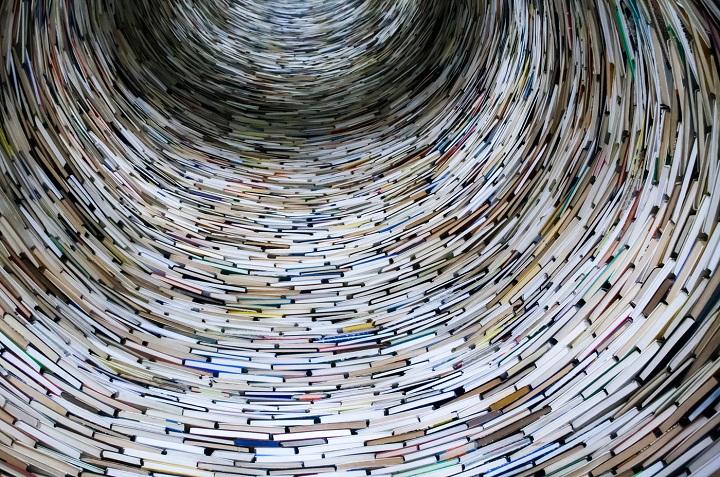 Kirjoista muodostettu tunneli.