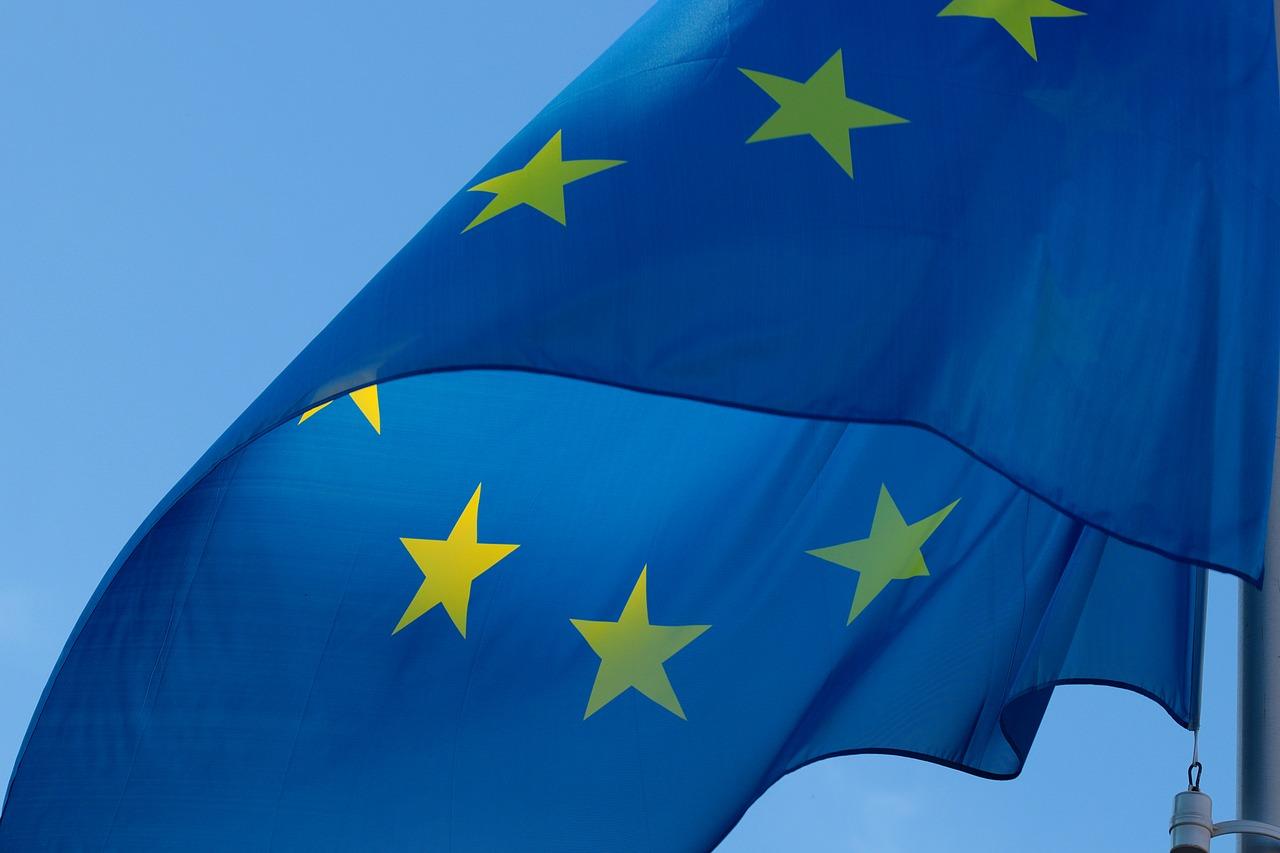 EU-lippu, sinisellä pohjalla keltaisia tähtiä.