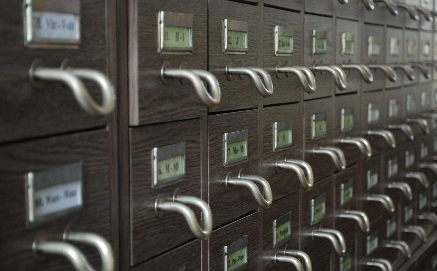 Kortistolaatikosto, jossa aakkohakemisto.