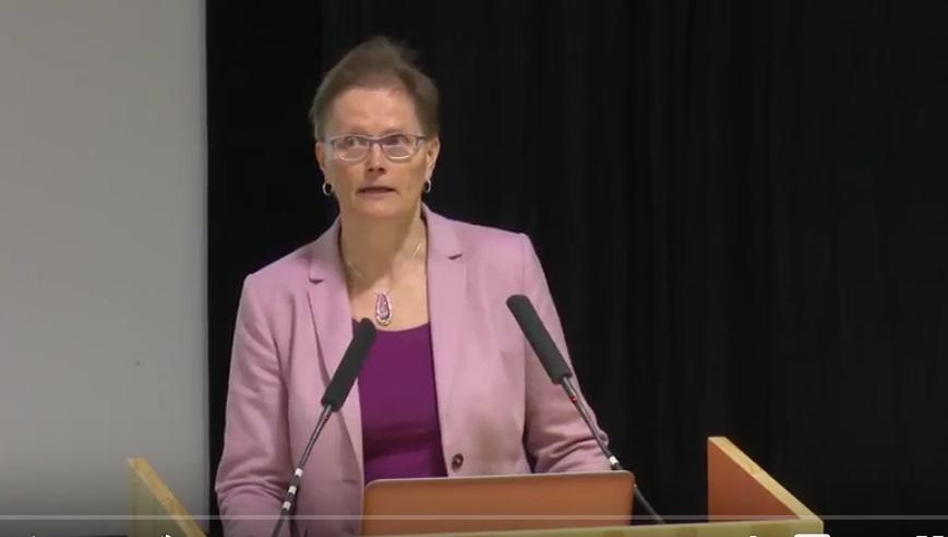 Ilona Autti-Rämö puhujanpöntössä.