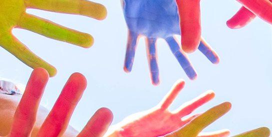 Värjätyt kädet kurottelevat eri suuntiin
