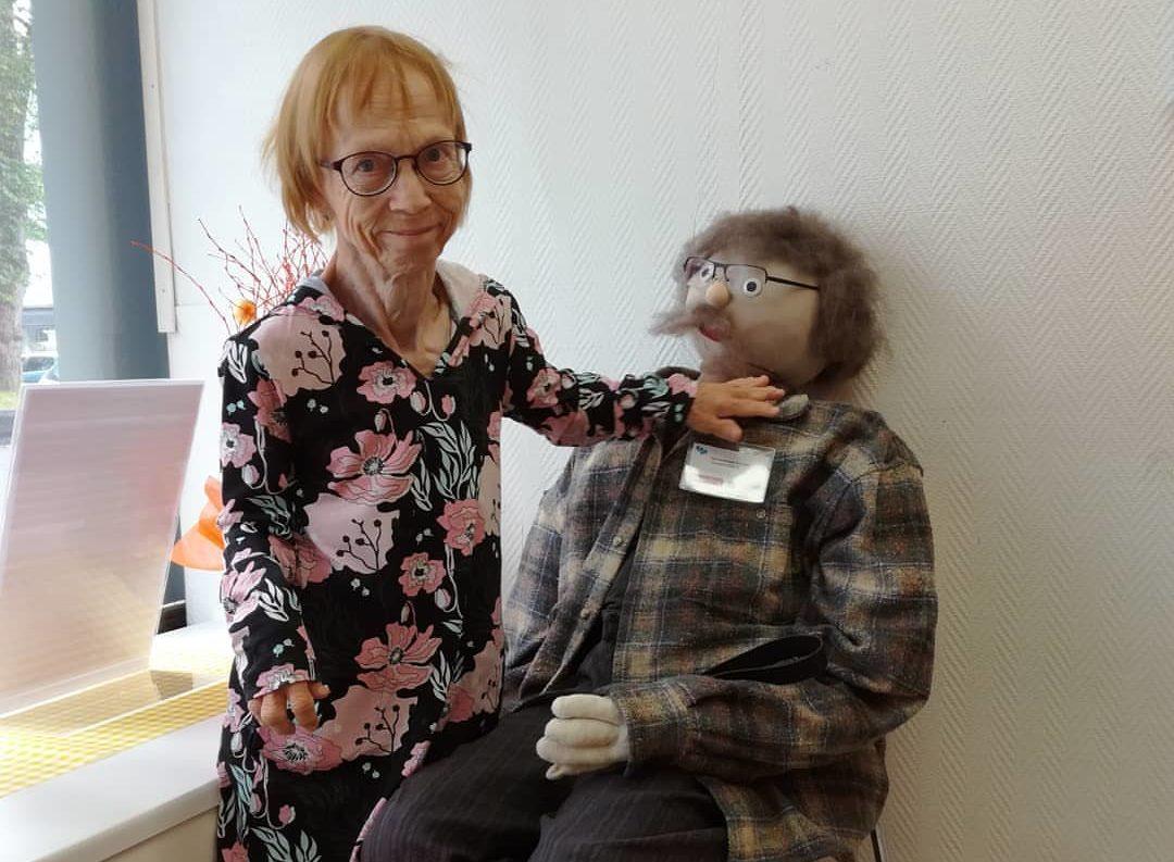 Helenä Mäkelä tekee tuttavuutta Oiva-nuken kanssa