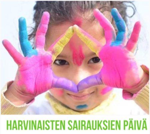 Lapsi nostaa moniväriseksi maalatut kätensä esiin